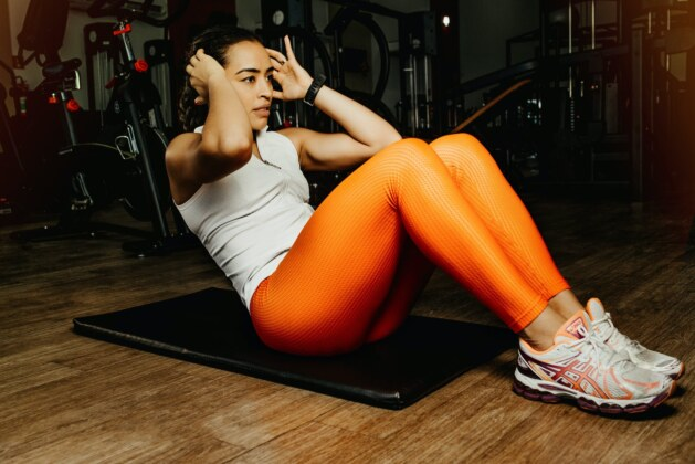 POWER UP! 4 Advantages of Exercising with Curl Ups